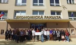 Studenti EF podpořili prodejem kávy potravinovou banku